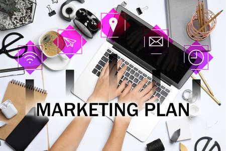 Digitaler Marketingplan. Frau arbeitet mit Laptop am Tisch, Ansicht von oben Standard-Bild
