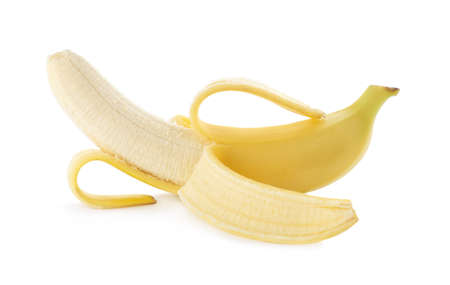 Banane mûre délicieuse pelée isolée sur blanc