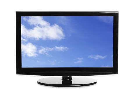 Moderner Plasma-TV mit Skyscape auf dem Bildschirm vor weißem Hintergrund