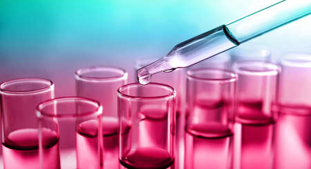 Déposer l'échantillon dans le tube à essai avec du liquide sur fond de couleur, conception de bannière. Analyse de laboratoire Banque d'images