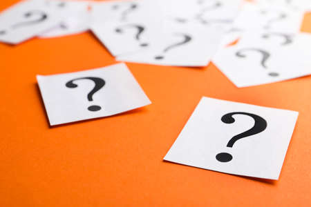 Paper notes with question marks on orange background, closeup Banque d'images - 151056779