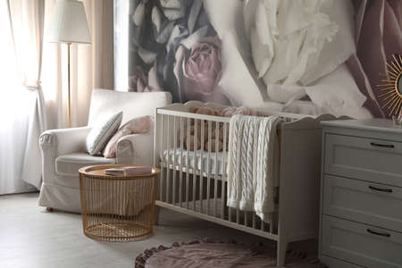 Baby room interior with stylish crib and floral wallpaper Banque d'images - 151149801
