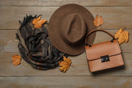 Flat lay composition with hat and dry leaves on wooden background. Autumn season Banque d'images