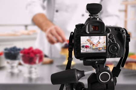 Food photography. Shooting of chef decorating dessert, focus on camera 스톡 콘텐츠