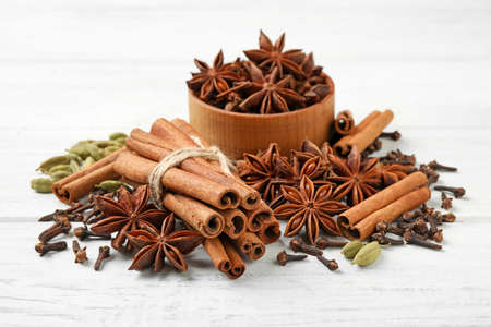 Composition with mulled wine ingredients on white wooden table Stockfoto