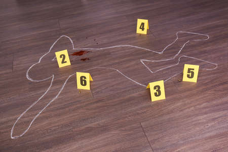 Crime scene with chalk outline of human body, blood, bullet shells and evidence markers on wooden floor. Detective investigation 免版税图像