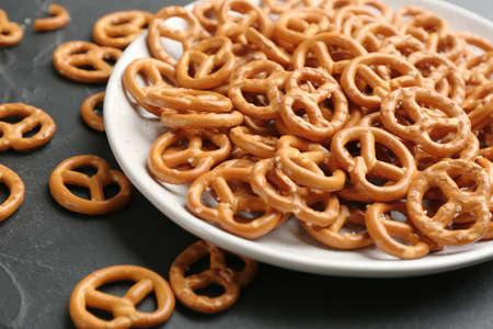 Delicious pretzel crackers on black table closeup 免版税图像