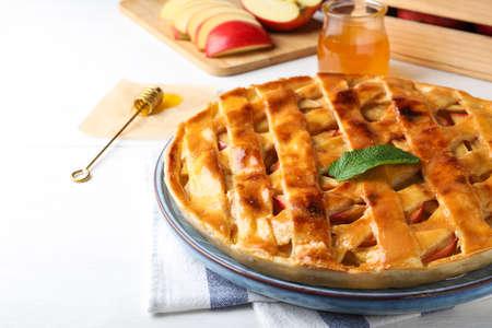 Fresh traditional apple pie on white table, closeup 版權商用圖片