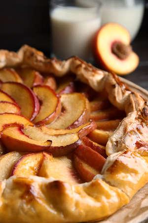 Delicious fresh peach pie on table closeup Imagens