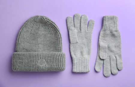Woolen gloves and hat on violet background, flat lay Stock fotó