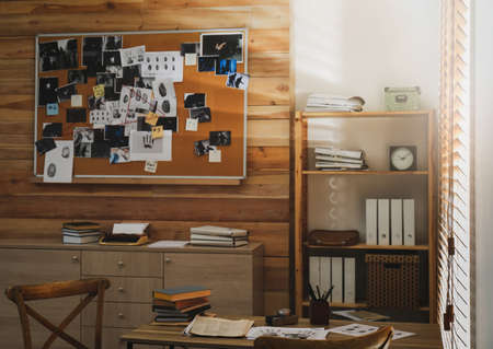Detective office interior with evidence board on wall Standard-Bild