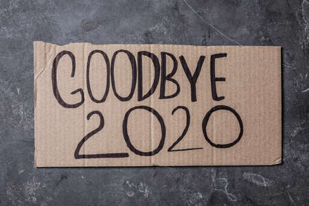 Cardboard with text Goodbye 2020 on gray stone background, top view Banque d'images