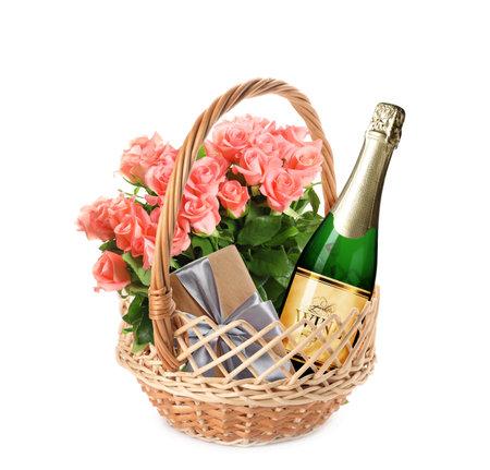 柳条篮子与礼物在白色的背景