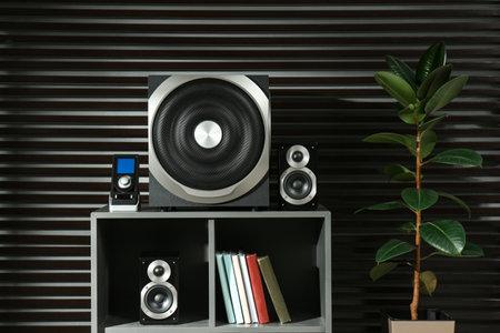 Modern audio speaker system on shelving indoors Banque d'images