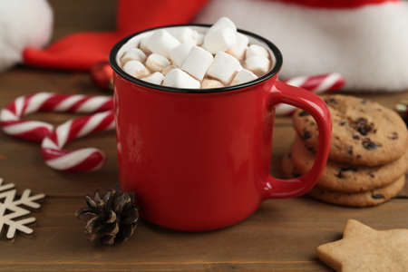 Composition with delicious marshmallow cocoa on wooden table Imagens
