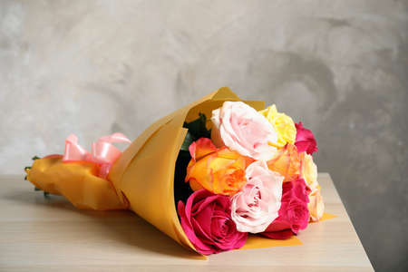 Luxury bouquet of fresh roses on wooden table Banque d'images