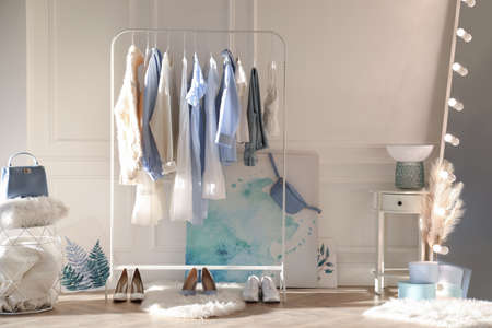 Dressing room interior with clothing rack and mirror Stockfoto