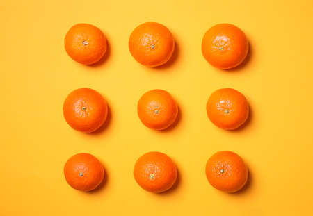 Fresh ripe tangerines on yellow background, flat lay Reklamní fotografie
