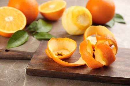 Orange fruit peel on grey marble table Foto de archivo