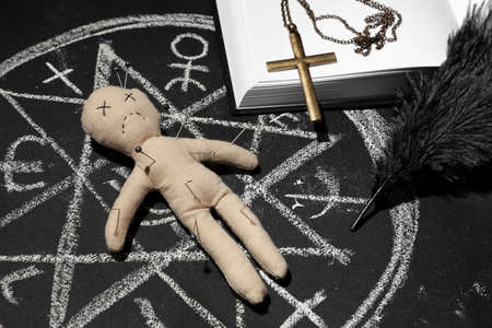 Ceremonial items and voodoo doll in ritual circle drawn on black table Zdjęcie Seryjne