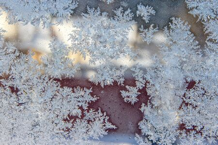 beautiful texture pattern on frozen glass, natural beautiful snowflakes on frozen window in winter close up, natural ice pattern on frozen glass, beautiful texture of snowflakes on glass 版權商用圖片