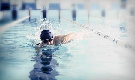 Profesional nadador masculino en la piscina