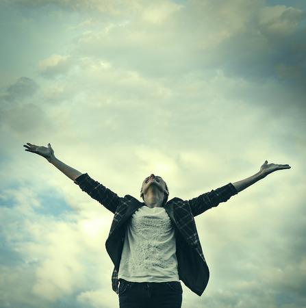 freiheit: Frau zieht die Hände zum Himmel. Freiheit - konzeptionelle Fotografie.