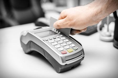 Menselijke hand houden plastic kaart in payme Stockfoto