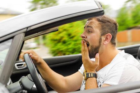 squeal: Fright volto di uomo alla guida di auto e fortemente tenere la ruota