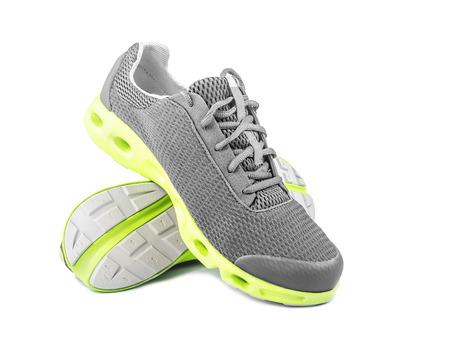 Nieuwe merkloze loopschoenen, tennisschoenen of trainers op wit