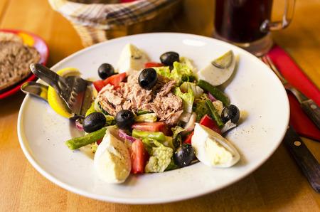 haricot vert: Salad with tuna, tomatoes, basil and onion. Stock Photo