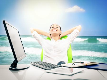 an office work: Hombre de negocios soñando con las vacaciones y relajarse en el trabajo Foto de archivo
