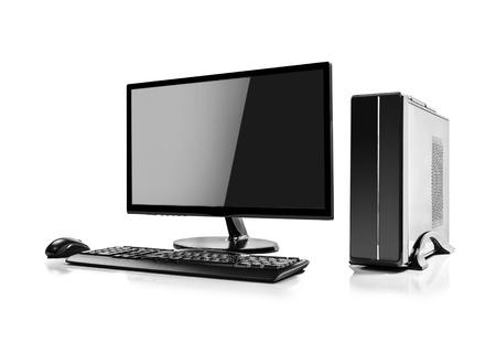 tecnología informatica: Computadora de escritorio y el teclado y el ratón en blanco