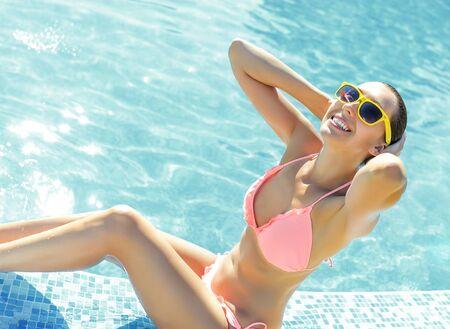 Schöne junge Frau in einem Schwimmbad