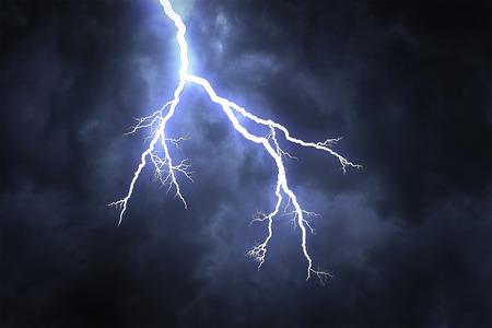 Blitzschlag auf der dunklen bewölkten Himmel Standard-Bild - 39037136