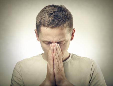 orando: Joven cabeza hombre de oración se inclinó. Estilo. Foto de archivo