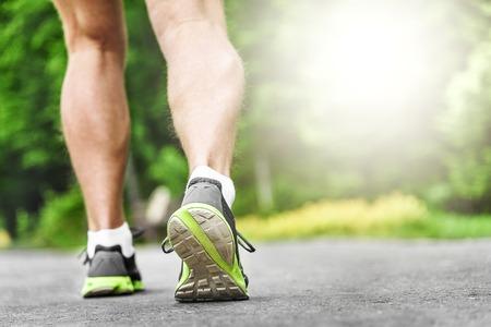 Athlete Läufer Füße auf der Straße Nahaufnahme auf Schuh laufen. Frau Fitness Sonnenaufgang Jog Training Wellness-Konzept. Standard-Bild - 40591563