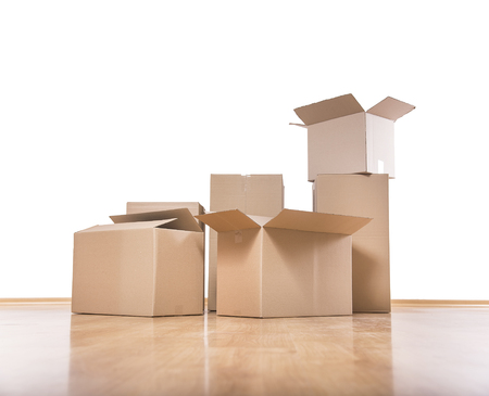 Empty room with a white wall and moving boxes on the floor. Stockfoto