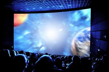 Bioscoop. Het publiek in de 3D-bril kijken van een film. Elementen van deze afbeelding geleverd door NASA.
