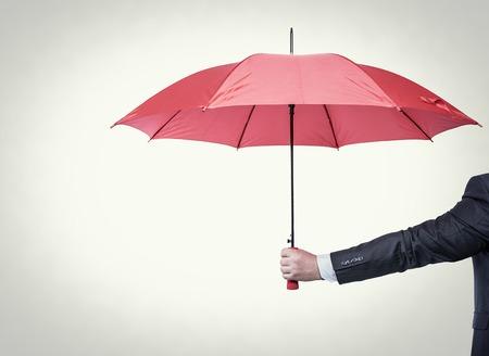 Geopend rode paraplu in de hand, gestemde foto. Stockfoto
