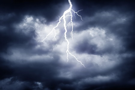 Een blikseminslag op de bewolkte hemel