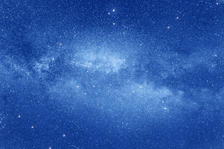 cielo estrellado: Cielo estrellado con muchas estrellas y Vía Láctea en el fondo espacio.