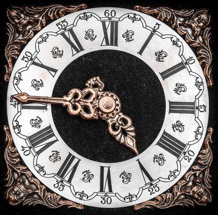 orologi antichi: orologio faccia d'epoca con texture grunge. Concetto di tempo.