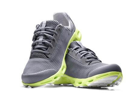 Niemarkowe nowoczesnych sneakers samodzielnie na białym tle. Zdjęcie Seryjne