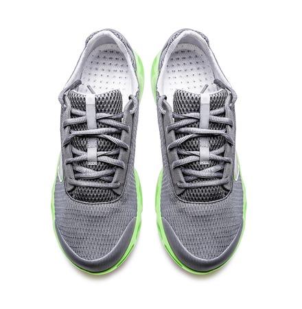 zapato: Zapatillas modernas sin marca aislados en un fondo blanco. Vista superior. Foto de archivo