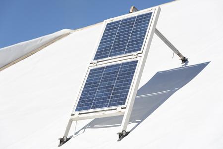 paneles solares: peque�os paneles solares hechas a mano en el techo blanco. Foto de archivo
