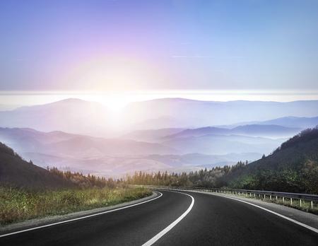 고속도로 산에 대하여도 및 일출 또는 일몰 하늘.