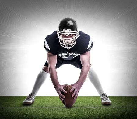 jugador de futbol: American football player on the football pitch. Foto de archivo