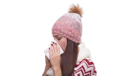 persona enferma: Goteo nasal de la chica en ropa de invierno. Aislado en blanco.