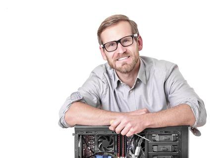 Master of computer reparatie geïsoleerd op wit. Computer reparatie concept.